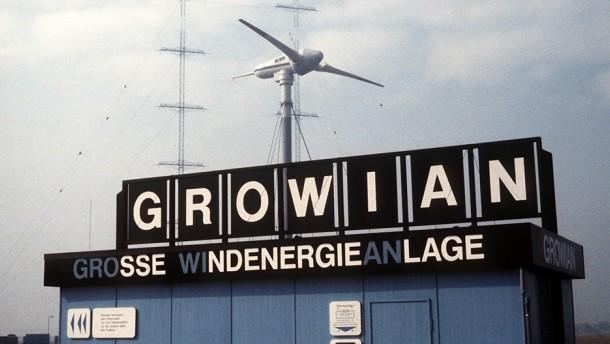 1983: Die GROWIAN (Große Windenergieanlage) geht in Betrieb. Die Versuchsanlage hatte eine Leistung von 3MW, was auch für heutige Verhältnisse noch beachtlich ist. 1987 wurden Betrieb und Messungen wieder eingestellt und die Anlage demontiert.