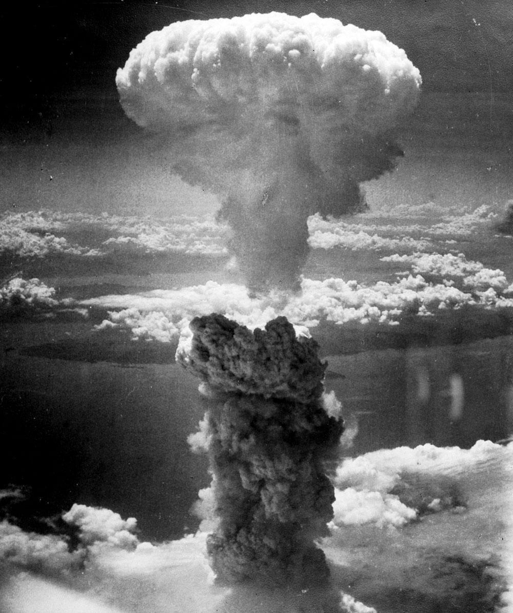 Am 16. Juni 1945 wird die erste Atombombe auf einem Testgelände in New Mexico gezündet. Im August 1945 werden die beiden Atombomben über Hiroshima und Nagasaki abgeworfen, die in beiden Städten über 200.000 Tote fordern sowie radiologische Folgeerkrankungen hervorrufen.