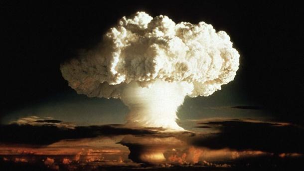 1952: Die erste Wasserstoffbombe wird in den USA gezündet. Nach dem Zweiten Weltkrieg geht der Wettlauf um nukleare Energien weiter. Im Visier ist jetzt nicht mehr die Kernspaltung, sondern die Kernverschmelzung – die Energiequelle, woraus die Sterne Licht und Wärme produzieren. Es ist jedoch bis heute noch nicht gelungen, die Kernfusion als Energiequelle nutzbar zu machen.