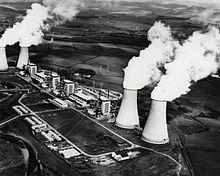 1956 wird das erste kommerzielle Kernkraftwerk der Welt im englischen Calder Hall in Betrieb genommen.