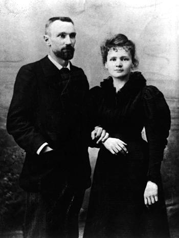 Zu Beginn des 20. Jahrhunderts entdecken Marie und Pierre Curie die radioaktiven Elemente Plutonium und Radium. 21 Jahre später gelingt Ernst Rutherford die erste künstliche Umwandlung eines Elements.