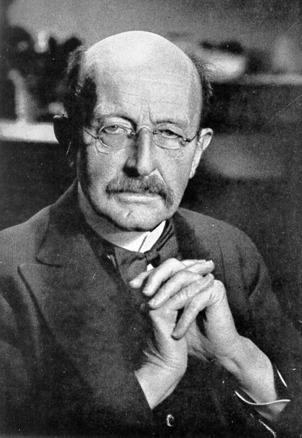 Zur 20. Jahrhundertwende behauptet Max Planck, dass Energie in winzigen Einheiten abgestrahlt wird, und bezeichnet sie als Quanten. Durch weitere Forschungen findet er eine universelle Naturkonstante, die er als Plancksches Wirkungsquantum bezeichnet. Aufgrund dieser Erkenntnisse schaffen die Physiker Heisenberg, Schrödinger und Pauli 25 Jahre später ein neues Verständnis der atomaren Welt.