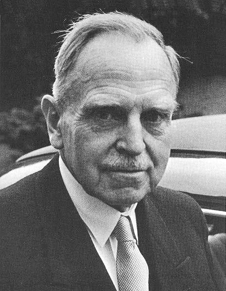 1938: Der deutsche Chemiker Otto Hahn hatte sich schon über 30 Jahre lang mit der Untersuchung radioaktiver Stoffe beschäftigt. 1938 entdeckte er mit Fritz Strassmann die Kernspaltung. Die Situation des Zweiten Weltkrieges führt dazu, dass weltweit intensiv an der Kernspaltung geforscht wird.